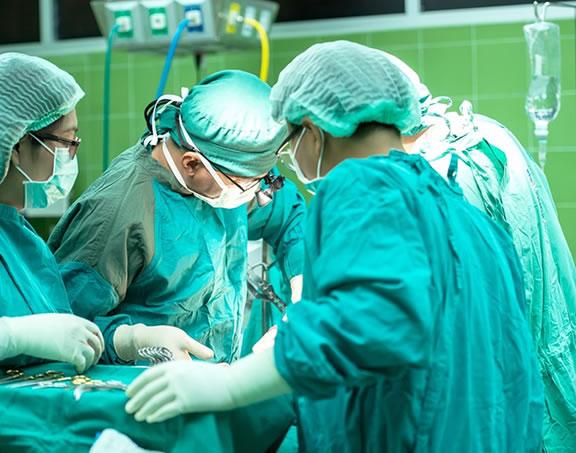Foto de uma cirurgia complexa e cara representando a importância de se ter um plano de saúde Interatividade Corretora de Seguros