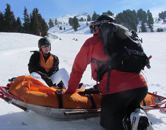 Foto de um resgaste na montanha com neve representando a importância do seguro viagem Interatividade Corretora de Seguros