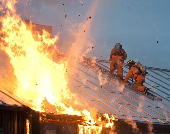 Foto de um incêndio e bombeiros apagando o fogo em uma empresa Interatividade Corretora de Seguros